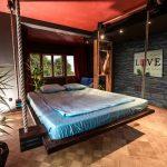Подвесное спальное место в загородном доме