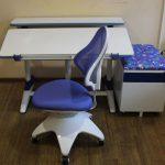 Правильный стул для школьника фиолетового цвета