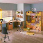 Рабочие места у окна и двухспальная кровать для двоих детей