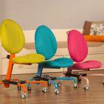Разноцветные регулируемые стулья