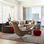 Серый угловой диван для светлой гостиной