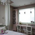 Шикарная спальня для двух девочек с двумя столами у окна