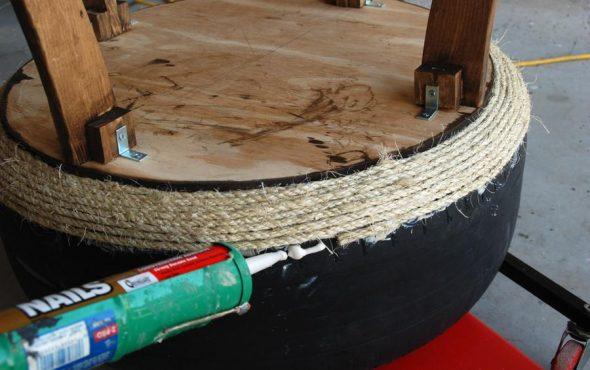 Шину оклеивают веревкой с использованием термоклея