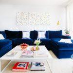 Синий велюровый диван в белой комнате