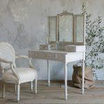 Состаренный туалетный столик в классическом стиле