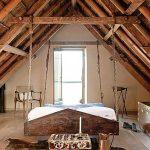 Спальня с подвесной кроватью в стиле лофт