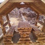 Стол и лавки из бревен для беседки