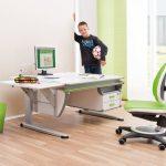 Стол и стул в комнате мальчика-школьника