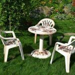 Стол и стулья с декором