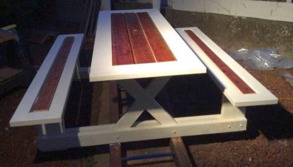 Столик и скамейки