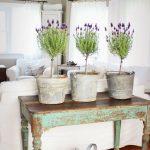 Столик под цветы в гостиной в стиле прованс