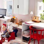 Столы для двух взрослых и одного ребенка у окна