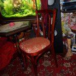 Стул после реставрации в интерьере комнаты