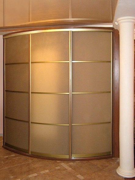 Угловой шкаф-купе со стеклянным фасадом