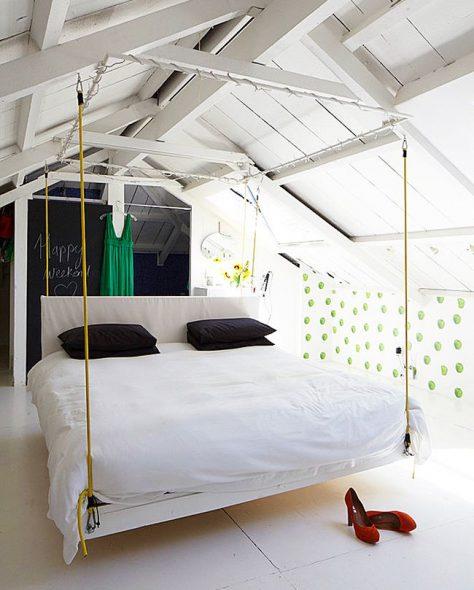 Подвесная кровать над поверхностью комнаты