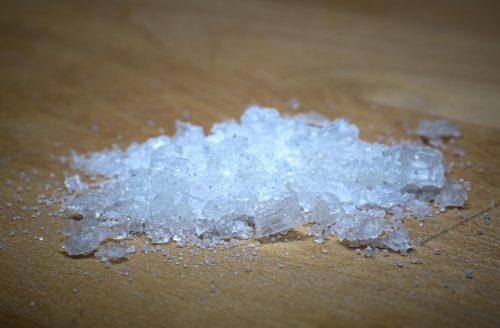Возьмите соль и посыпьте пятно