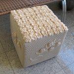 Вязанный пуфик в виде куба