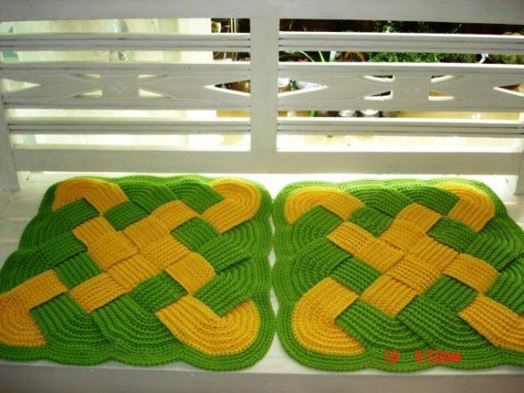 Яркие плетеные коврики-сидушки
