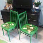 Зеленые стулья после реставрации под современность