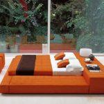 Большая оранжевая кровать-подиум для двоих