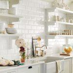 Белая кухня с открытыми полками для посуды