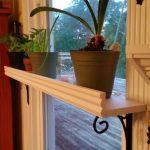 Белая полочка с бортиками для растений