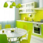 Белый круглый стол для яркой кухни