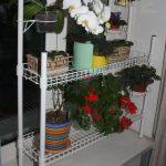 Белый стеллаж для цветов на подоконник