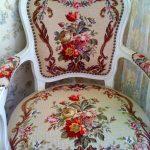 Белый стул с цветочной вышивкой