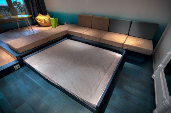 Большая кровать, выезжающая из-под дивана