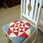 Декор мягкой части стула с помощью ткани в треугольники