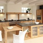 Деревянная кухня с открытыми полками для декора