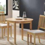 Деревянные стол и стулья в интерьере