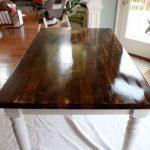 Деревянный стол с белыми ножками