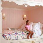 Детская спальня девочки с встроенной кроватью и ящиками