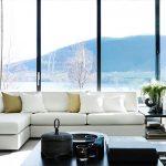 Гостиная с белым диваном в стиле минимализм