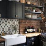 Комбинирование открытых и закрытых полок на кухне