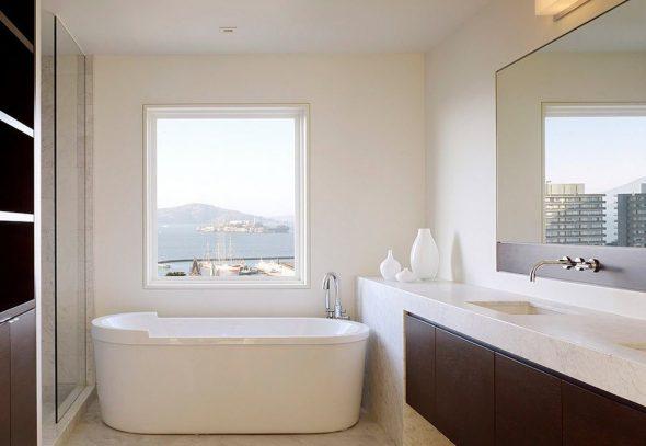 Контрастное сочетание в интерьере ванной