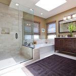 Красивая ванная с деревянной мебелью