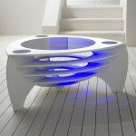 Красивый белый столик необычной формы