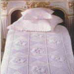 Красивый комплект из покрывала и подушек