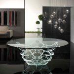 Красивый прозрачный стол из стекла