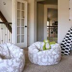 Кресло-мешок для игр возле домика