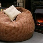 Кресло-мешок с подушкой у камина