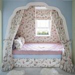 Кровать в уютном уголке в одной цветовой гамме