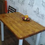 Стол с деревянной столешницей, покрытой лаком в кухне