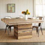 Массивный деревянный стол в обеденную зону
