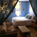 Небольшая комната с кроватью возле окна