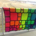 Необычное покрывало из разноцветных квадратов разных размеров в радужной расцветке
