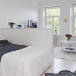 Низкая перегородка для создания личной зоны для спальни